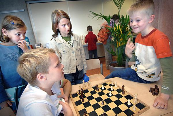 De Leonardo-School in Venlo voor hoogbegaafde kinderen. Kinderen hebben in hun lespakket ook schaakles